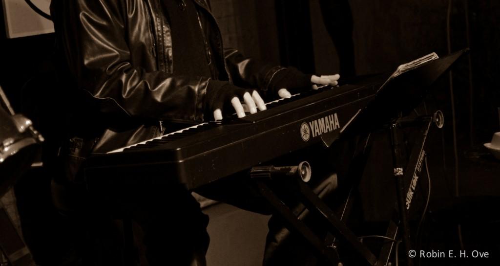 nola-street-musician-sepia-3447